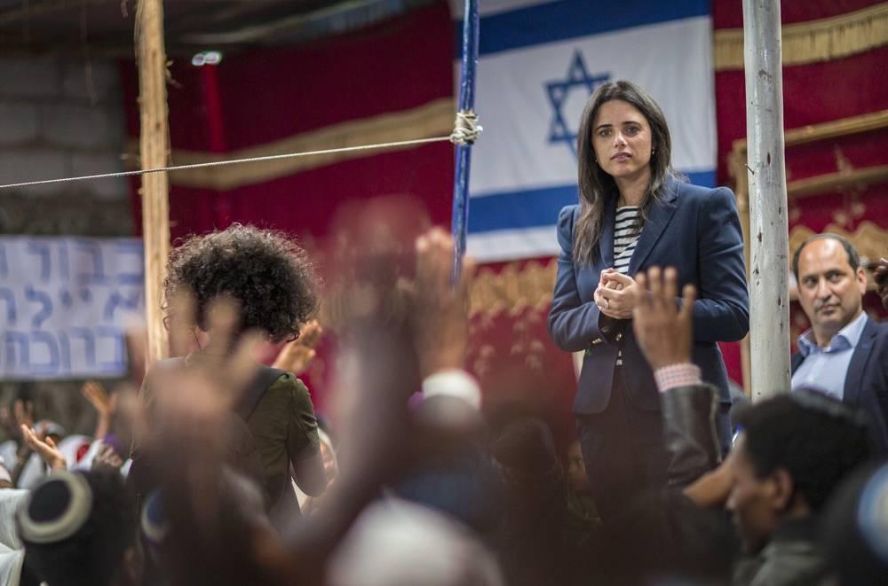La ministra de Justicia Ayelet Shaked habla a los miembros de la comunidad judía de Etiopía, durante una visita a una sinagoga en Addis Abeba, Etiopía, el 22 de abril de 2018. (AP Photo / Mulugeta Ayene)