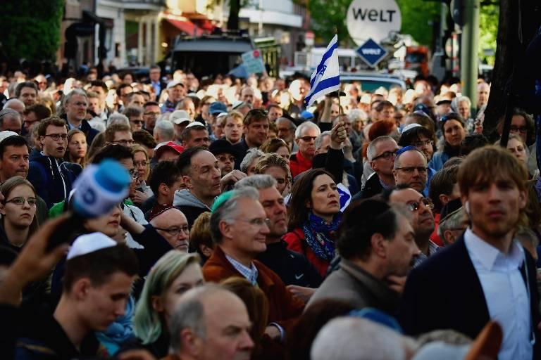 """Las personas participan en el evento """"Berlin Wears Kippa"""", con más de 2.000 judíos y no judíos con el tradicional gorro para mostrar solidaridad con los judíos el 25 de abril de 2018 en Berlín, después de que Alemania se haya visto sacudida por una serie de incidentes antisemitas.(AFP / Tobias Schwarz)"""