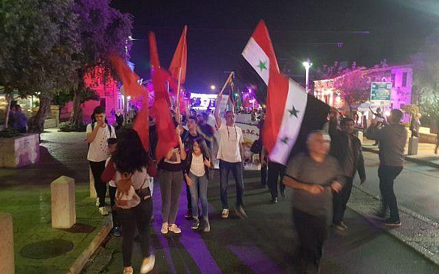 Los activistas del partido Hadash se reúnen frente al consulado de EE.UU en Haifa contra los ataques aéreos de EE.UU en Siria el 14 de abril de 2018. (Partido Hadash)