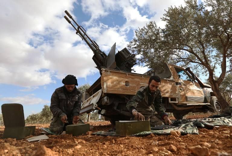Los combatientes de la oposición preparan municiones en la zona de al-Mushrifa, cerca de la ciudad de Khan Sheikun en la provincia de Idlib, controlada por los rebeldes en el norte de Siria, durante los enfrentamientos con las fuerzas gubernamentales el 2 de enero de 2018. (Omar Haj Kadour / AFP)