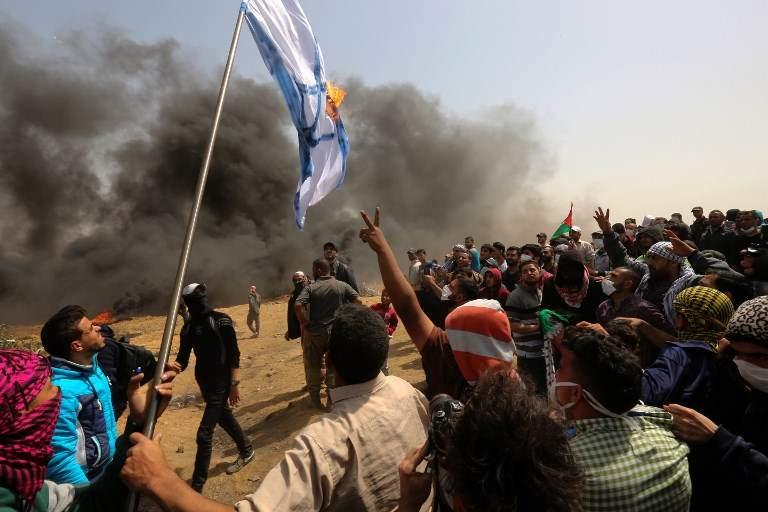 Los islamistas palestinos queman una bandera israelí durante las violentas manifestaciones contra las fuerzas israelíes cerca de la frontera con Israel, al este de la ciudad de Gaza en la franja central de Gaza, el 13 de abril de 2018. (/ AFP PHOTO / MAHMUD HAMS)