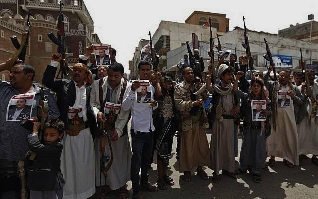 Los partidarios de los rebeldes huzíes de Yemen asisten a una manifestación en Sana'a el 26 de abril de 2018 por la muerte de su jefe político Saleh al-Sammad en un ataque aéreo liderado por Arabia Saudita. (AFP Photo / Mohammed Huwais)