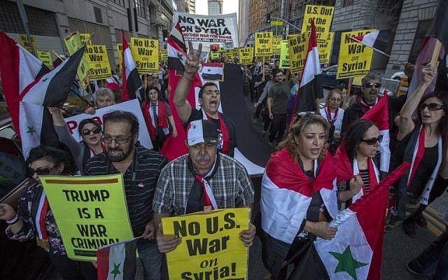 Los partidarios del presidente sirio Bashar al-Assad marchan en protesta por el ataque de la coalición encabezada por Estados Unidos en Siria, el 14 de abril de 2018 en Los Ángeles, California.(David McNew / Getty Images / AFP)