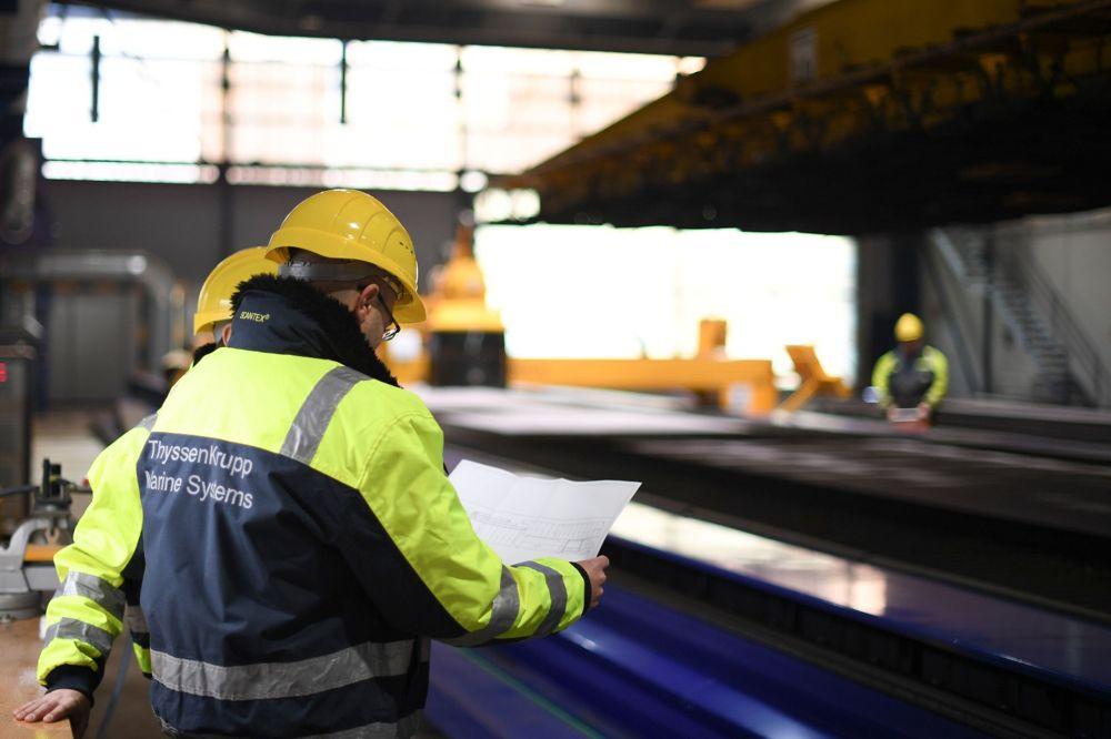 Los trabajadores alemanes analizan los planes para una corbeta Sa'ar 6 que se está construyendo para la Armada israelí en Kiel, Alemania, en una fotografía sin fecha.(Fuerzas de Defensa de Israel)