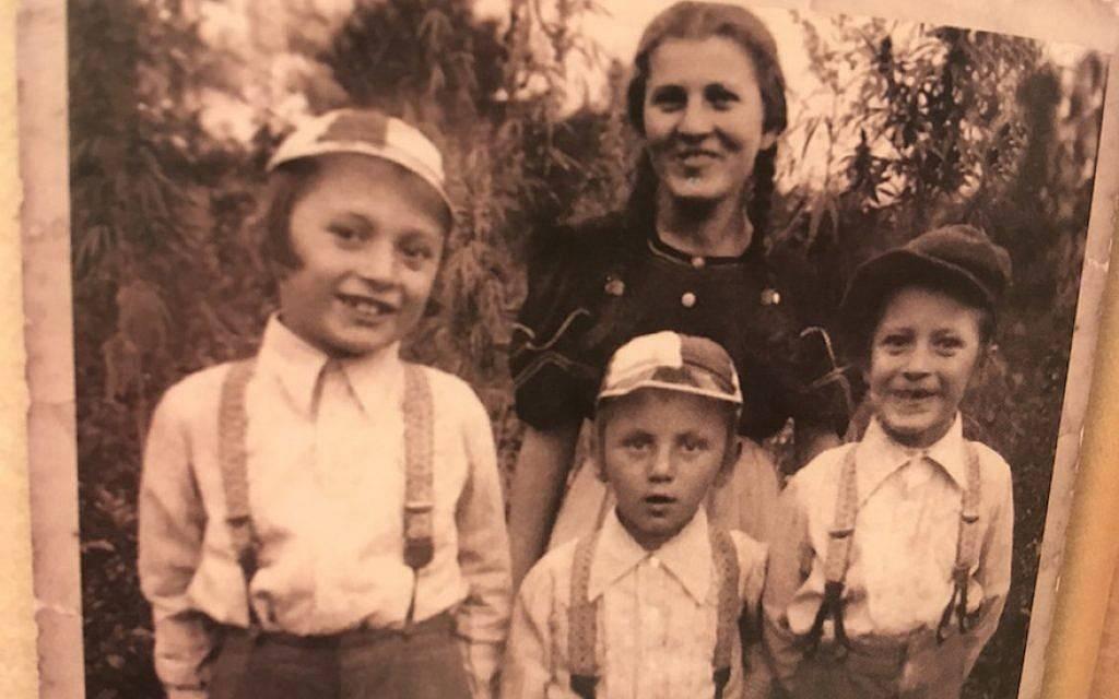 Margit Kirsche con sus hermanos menores, que fueron asesinados en Auschwitz.(Cortesía de Kirsche / vía JTA)
