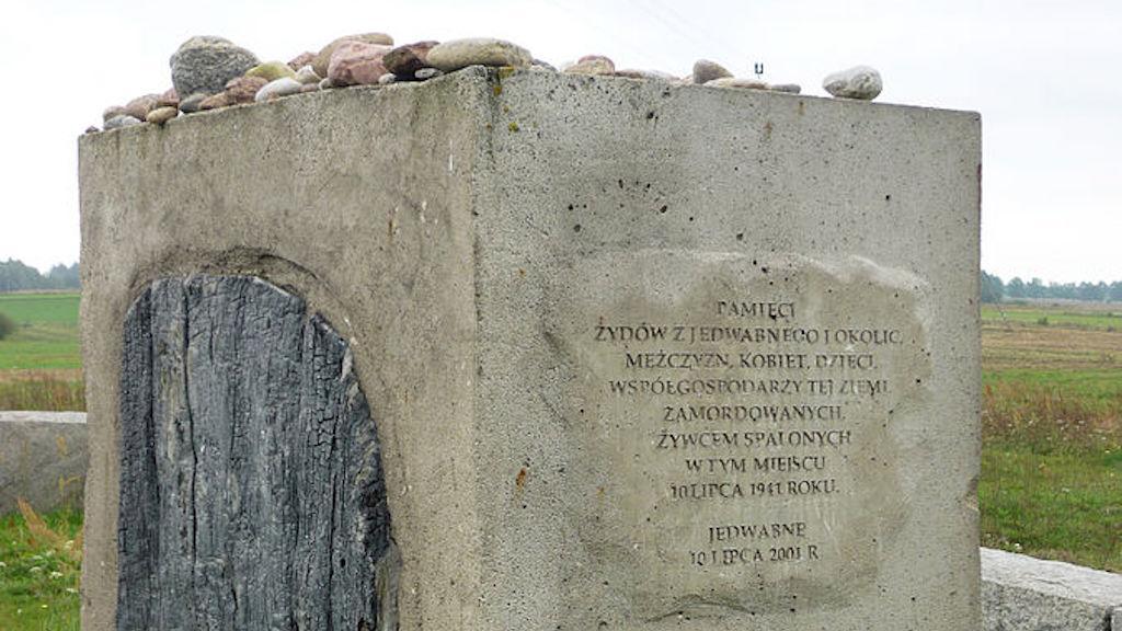 Memorial en Jedwabne, Polonia dedicado a los judíos que fueron asesinados aquí el 10 de julio de 1941. (Fczarnowski, CC-BY-SA, vía wikipedia)