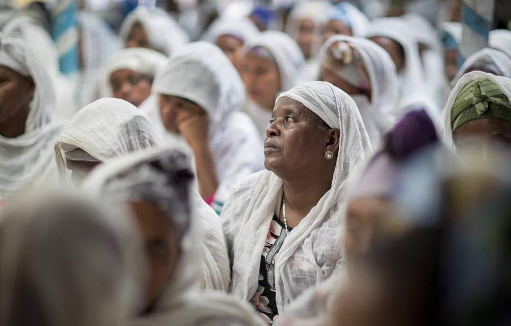 Miembros de la comunidad judía de Etiopía escuchan mientras la ministra de Justicia de Israel, Ayelet Shaked, habla durante una visita a una sinagoga en Addis Ababa, Etiopía, el 22 de abril de 2018. (AP Photo / Mulugeta Ayene)