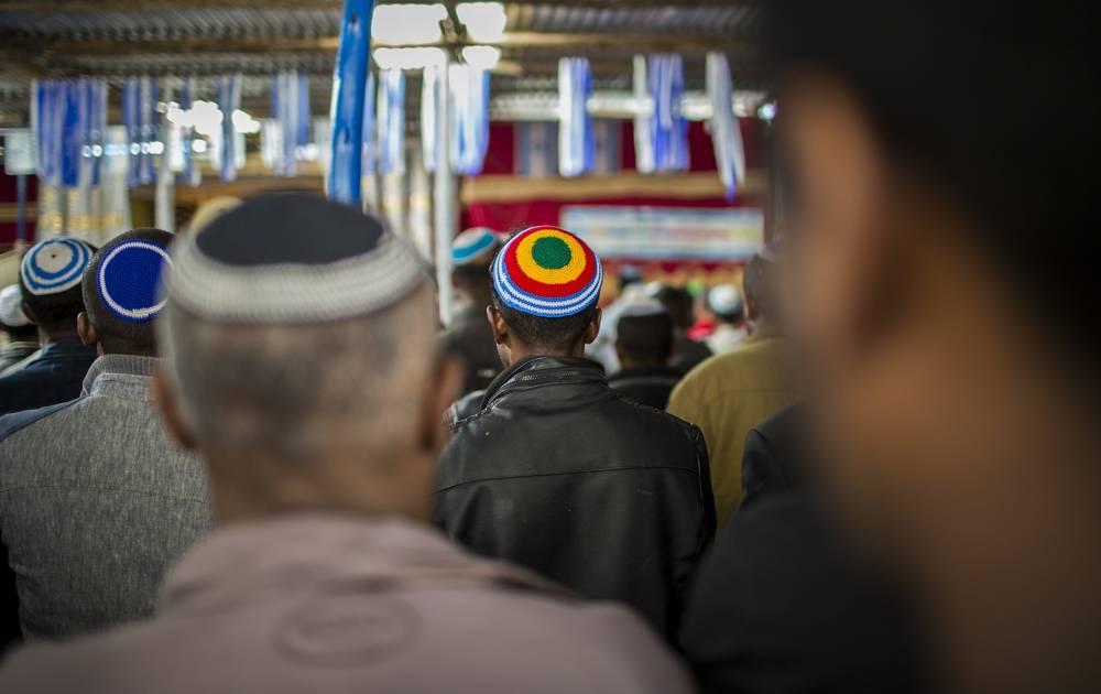 Miembros de la comunidad judía de Etiopía esperan la llegada de la Ministra de Justicia de Israel, Ayelet Shaked, a una sinagoga en Addis Abeba, Etiopía, el 22 de abril de 2018. (AP Photo / Mulugeta Ayene)