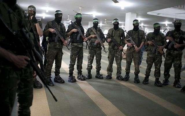 Miembros de las Brigadas Izz a-din al-Qassam, el ala militar del movimiento islamista palestino Hamas, participan en el funeral de un palestino que murió en un túnel colapsado, 4 de marzo de 2016. (AFP / SAID KHATIB / Archivo)