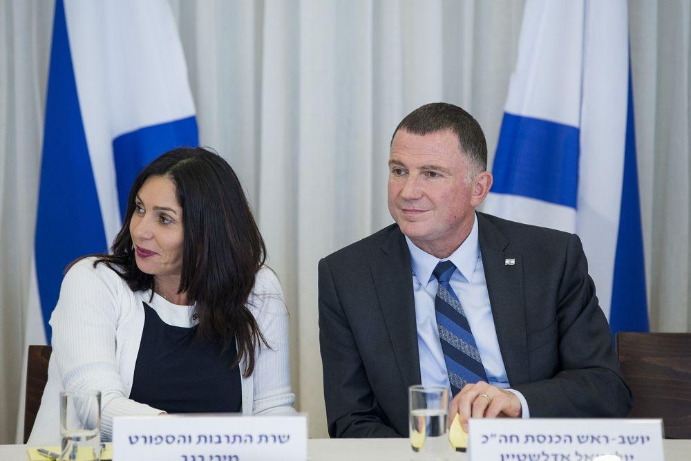 El presidente de la Knesset Yuli Edelstein (R) con la Ministra de Cultura Miri Regev (L) durante una ceremonia en la Knesset para honrar a los encendedores de antorchas para la 69ª ceremonia del Día de la Independencia en Mount Herzl, el 26 de abril de 2017. (Yonatan Sindel / Flash 90)