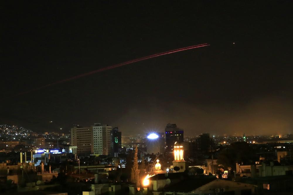 El cielo de Damasco entra en erupción con fuego antiaéreo cuando EE.UU lanzó un ataque contra Siria contra diferentes partes de la capital siria, Damasco, Siria, el sábado 14 de abril de 2018. (AP Photo / Hassan Ammar)