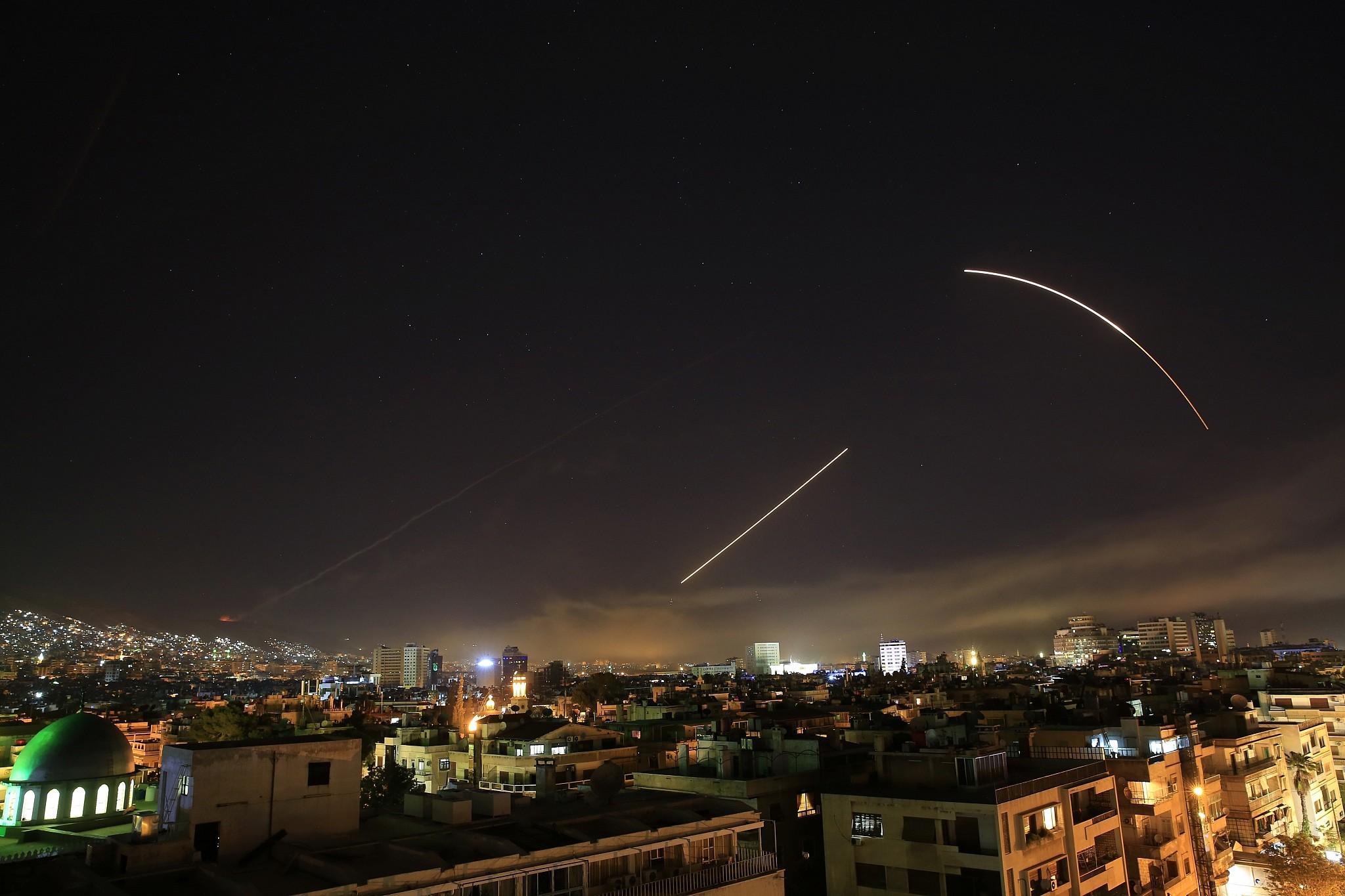 Los misiles cruzan el horizonte de Damasco cuando EE. UU. Lanza un ataque contra Siria dirigido a diferentes partes de la capital, el sábado 14 de abril de 2018 (AP Photo / Hassan Ammar)