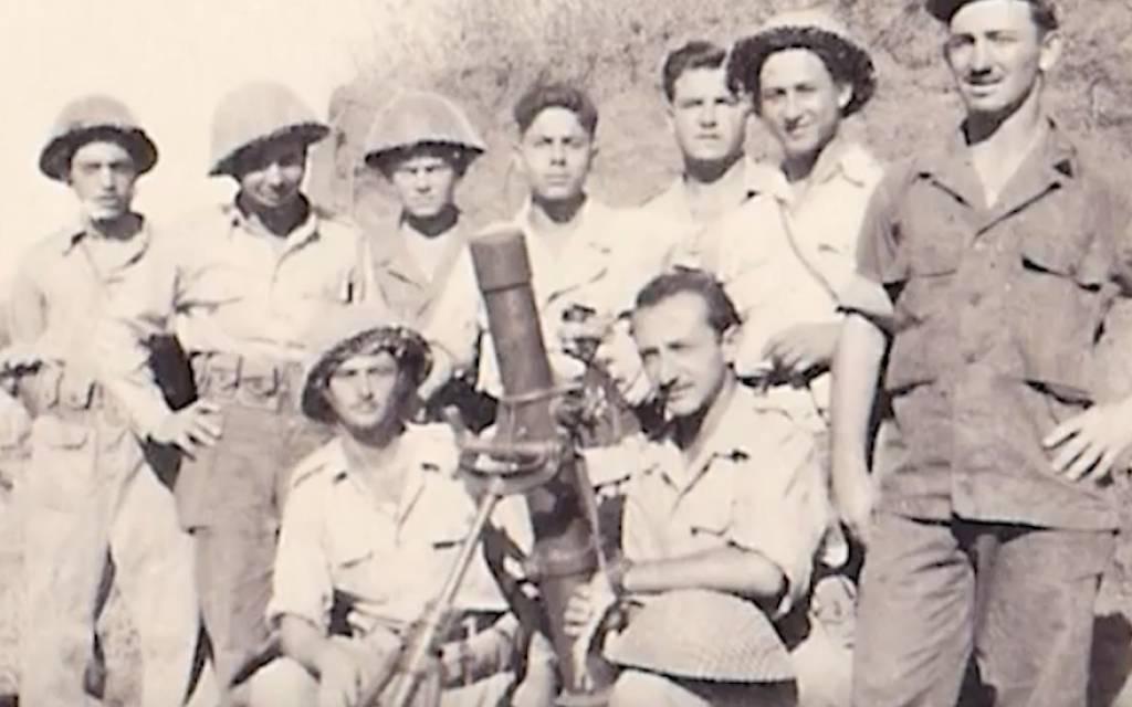 Moredechai Schachter, tercero desde la izquierda en la fila superior, con otros soldados que lucharon en la Guerra de la Independencia de Israel. (Cortesía de Schachter / vía JTA)