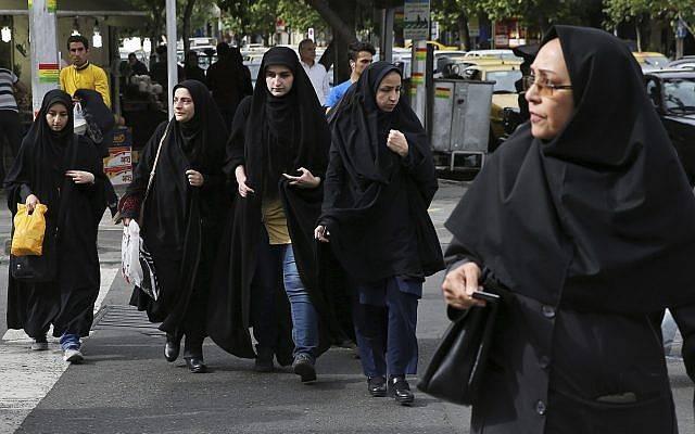 Mujeres iraníes con velo cruzan una calle en Teherán, Irán, el 22 de abril de 2018. (Vahid Salemi / AP)