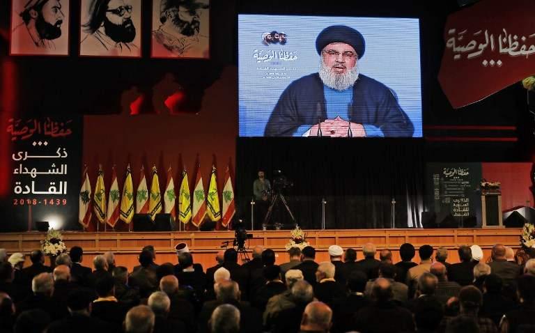 El líder de Hezbolá, Hassan Nasrallah, pronuncia un discurso televisado durante una ceremonia celebrada por el grupo terrorista en Beirut para conmemorar a sus líderes muertos el 16 de febrero de 2018. (AFP Photo / Joseph Eid)
