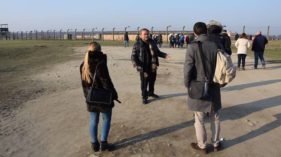 Padre Patrick Desbois, centro, dirigiendo un entrenamiento en el antiguo campo de exterminio nazi Auschwitz-Birkenau en Polonia, enero de 2018 (Yahud In-Unum)