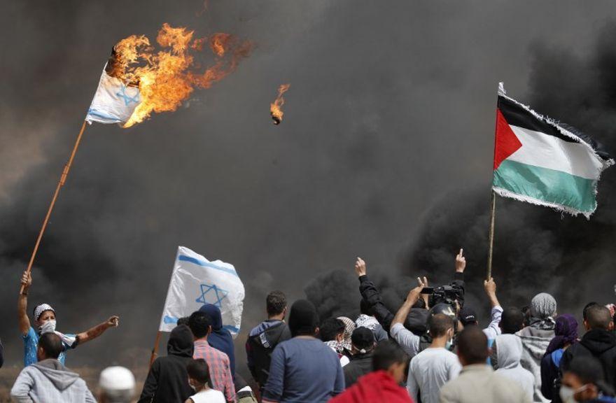Palestinos lanzan bombas incendiarias y explosivos a soldados de Israel desde Gaza