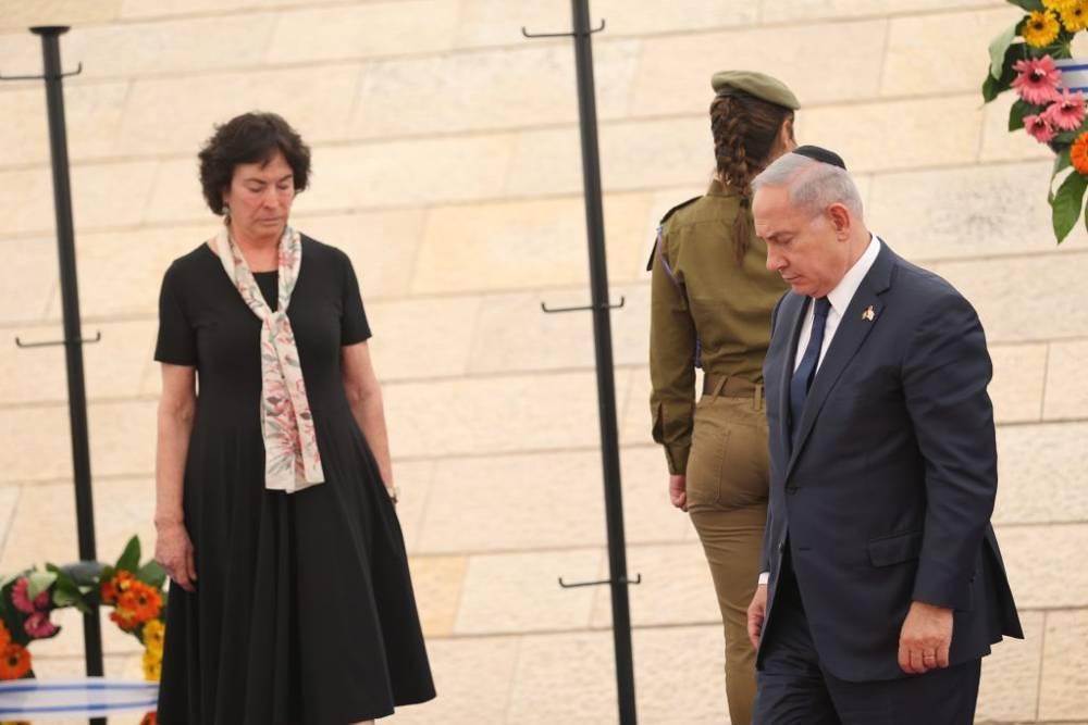 Primer ministro Benjamin Netanyahu, a la derecha, en una ceremonia de conmemoración del Día de los Caídos de Israel para los soldados caídos y las víctimas del terrorismo islamista, en Yad LeBanim en Jerusalem, el 30 de abril de 2017. (Yonatan Sindel)