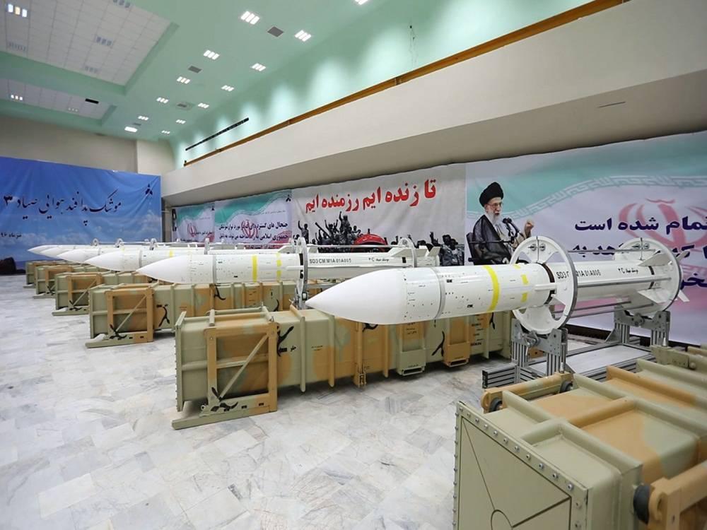 Esta imagen publicada por el sitio web oficial del Ministerio de Defensa iraní el sábado 22 de julio de 2017 muestra misiles de defensa aérea Sayyad-3 durante la inauguración de su línea de producción en un lugar no revelado, Irán, según información oficial publicada.(Ministerio de Defensa iraní a través de AP)