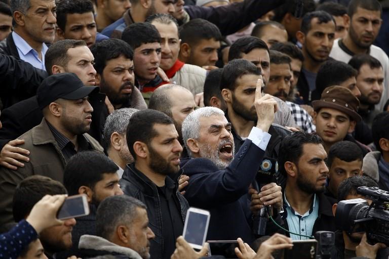 El líder islámico del movimiento terrorista Hamas Yahya Sinwar (C) grita consignas mientras participa en una manifestación islamista cerca de la frontera con Israel al este de Jabaliya en el norte de la Franja de Gaza el 30 de marzo de 2018 (AFP PHOTO / Mohammed ABED)