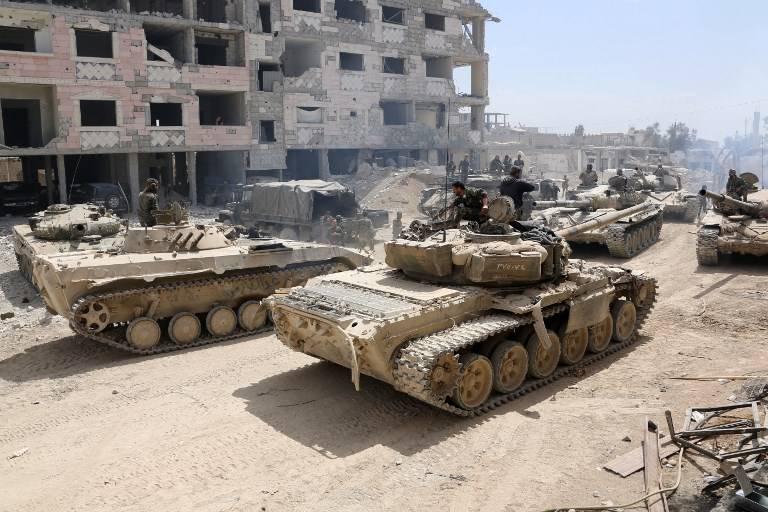 Soldados del ejército sirio se reúnen en un área en las afueras al este de Douma, mientras continúan su feroz ofensiva para retomar el último bastión opositor en Ghoutam Oriental el 8 de abril de 2018. (AFP)