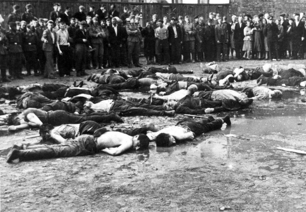 """Consecuencias de la masacre de """"garaje"""" de Kovno, Lituania (o Kaunas) en junio de 1941, perpetrada por los lituanos pro-alemanes (dominio público)"""