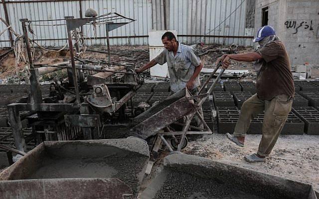 Trabajadores palestinos trabajan en una fábrica de cemento en el sur de la Franja de Gaza.24 de septiembre de 2017. (AFP PHOTO / SAID KHATIB)