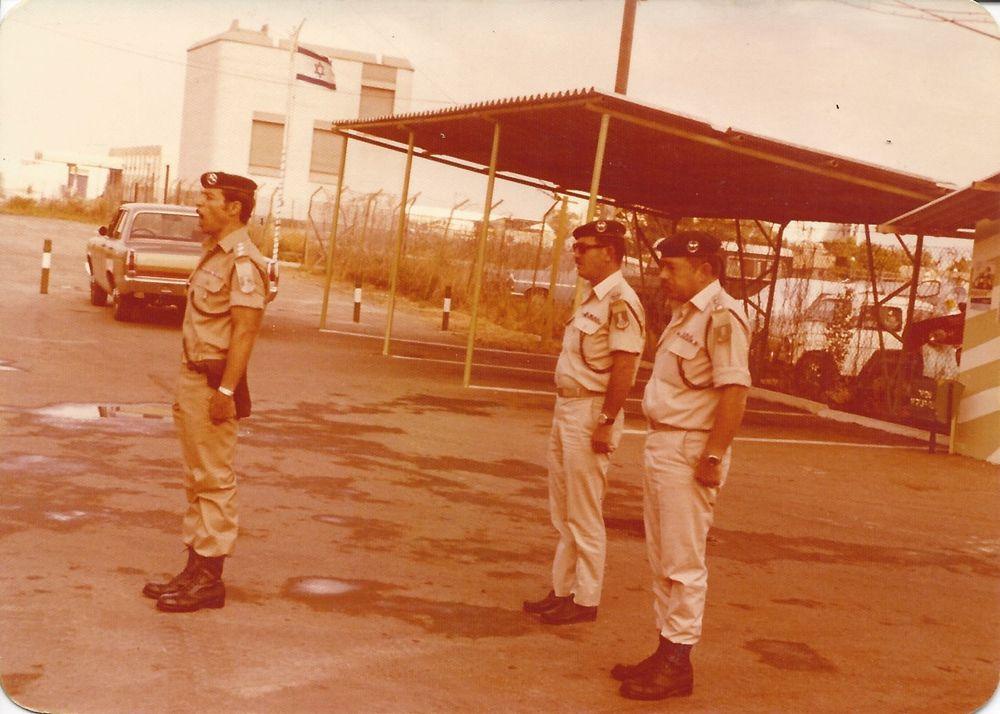 Yehiel Karta con soldados de su pelotón Portavoz de la policía)