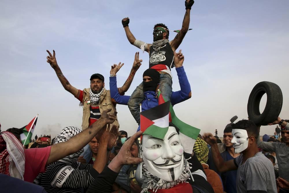 Atacantes islamistas palestinos corean amenazas frente a la frontera de Gaza con Israel, al este de Khan Younis, en la Franja de Gaza, el jueves 5 de abril de 2018. (AP Photo / Adel Hana)