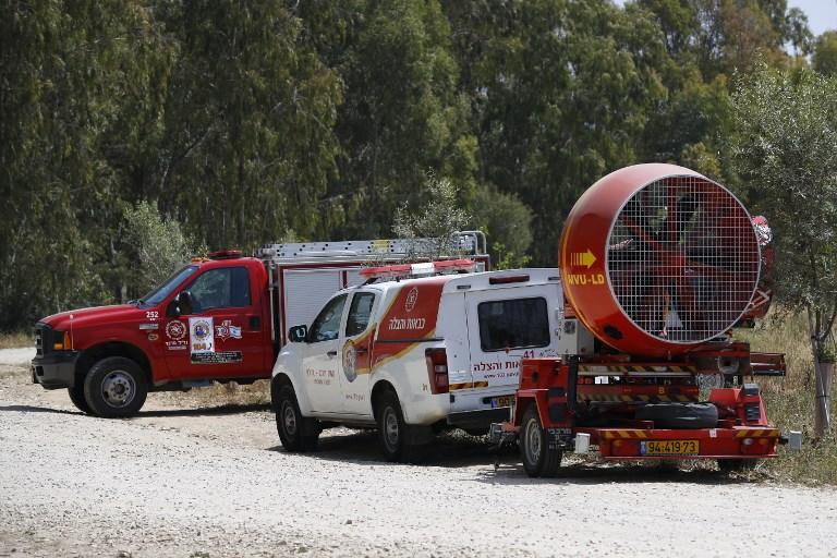 Una imagen tomada el 6 de abril de 2018 del kibutz israelí sur de Nahal Oz, al otro lado de la frontera con la Franja de Gaza, muestra a los bomberos israelíes llegando con ventiladores industriales, para repeler el humo de los neumáticos procedentes de Gaza, mientras los manifestantespalestinosatacaban a los soldados israelíes.(AFP / Jack Guez)