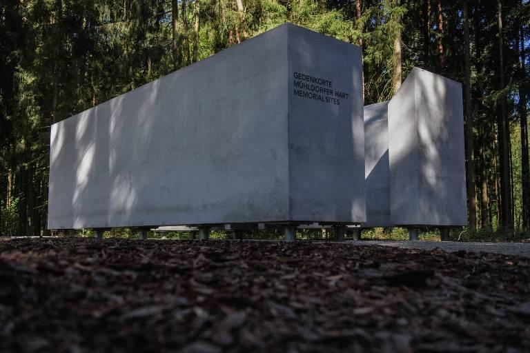 Se muestra un espacio de información que forma parte del sitio conmemorativo antes de la inauguración del sitio conmemorativo del campo Muehldorfer Hart cerca de Waldkraiburg, en el sur de Alemania, el 27 de abril de 2018. (AFP / dpa / Matthias Balk)