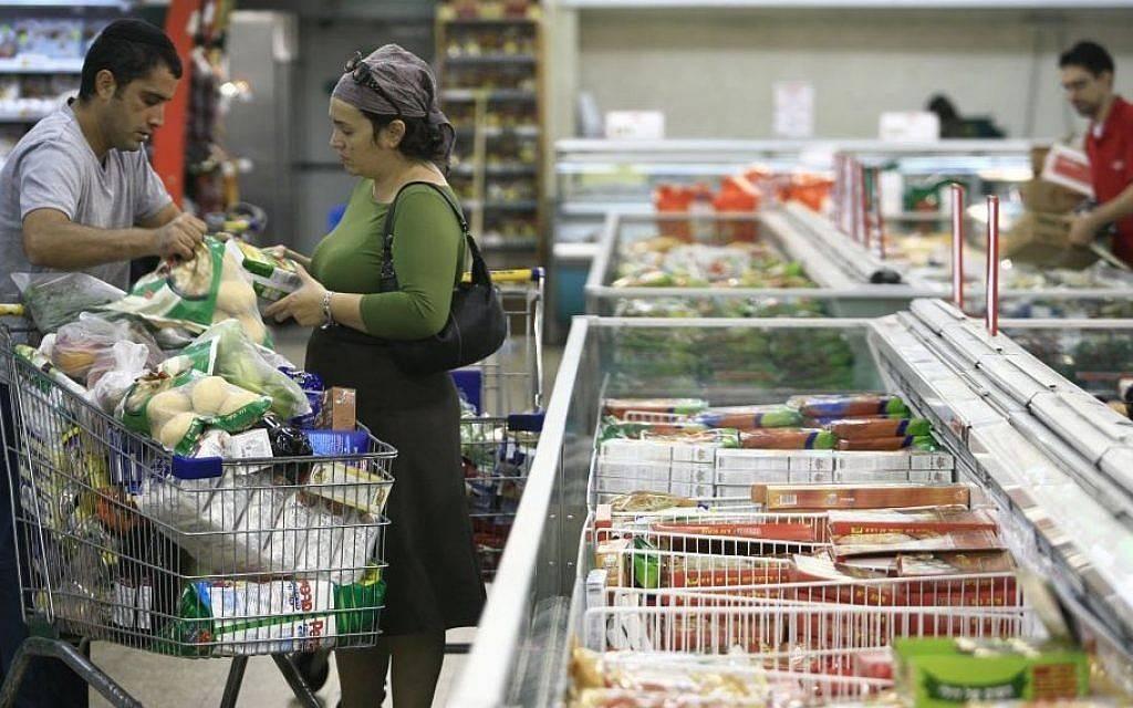 Ilustrativo: clientes israelíes compran alimentos de la sección congelada del supermercado Rami Levi en Talpiot, Jerusalem.(Nati Shohat / Flash 90)