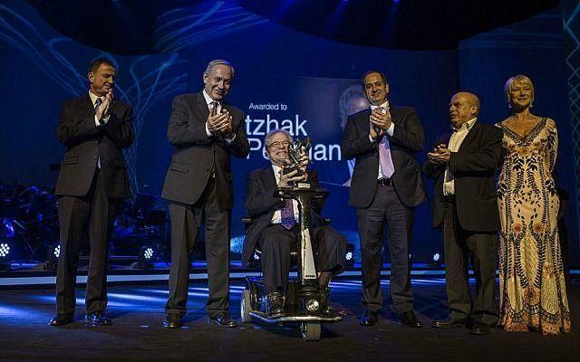 De izquierda a derecha: el presidente de la Knesset Yuli Edelstein, el primer ministro Benjamin Netanyahu, Itzhak Perlman, el cofundador del Premio Génesis Stan Polovets, Natan Sharansky y Dame Helen Mirren, en la ceremonia del Premio Génesis en Jerusalén, 23 de junio de 2016. (Cortesía del Premio Génesis)