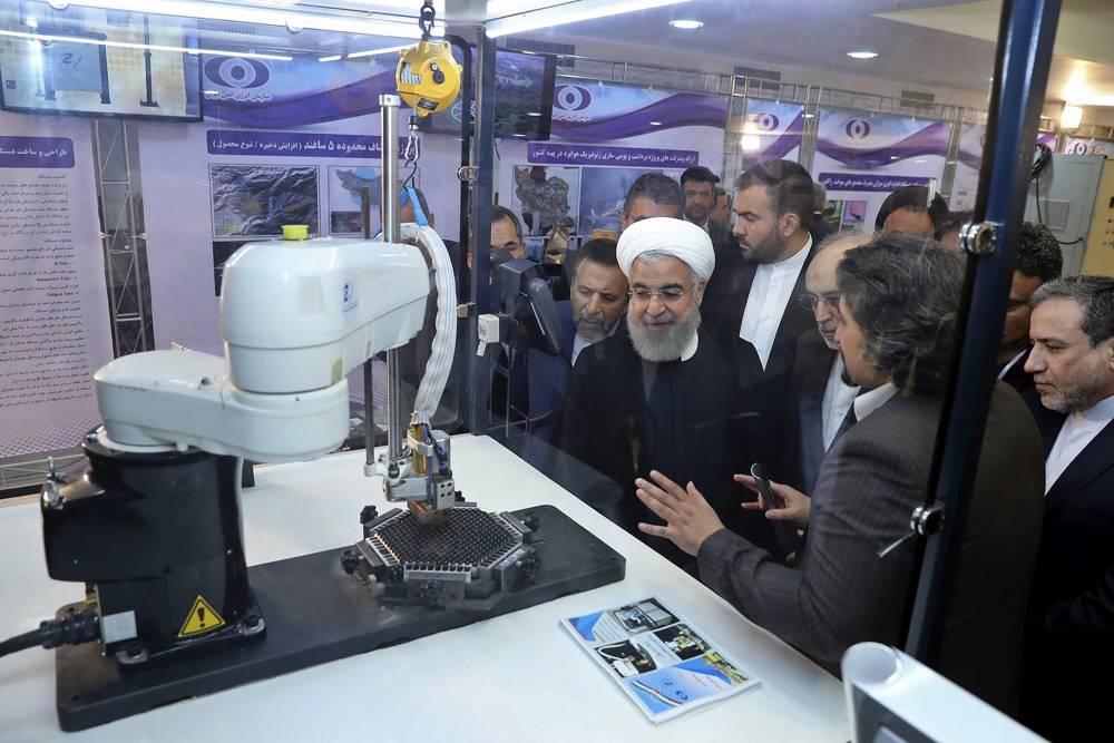 """En esta foto publicada por un sitio web oficial de la oficina de la Presidencia iraní, el presidente Hassan Rouhani escucha explicaciones sobre nuevos logros nucleares en una ceremonia para conmemorar el """"Día Nacional Nuclear"""", en Teherán, Irán, el lunes 9 de abril de 2018. Rouhani dijo el lunes que a pesar de muchos intentos, Estados Unidos """"no ha destruido"""" el histórico acuerdo de 2015 entre Irán y las potencias mundiales.(Oficina de la Presidencia iraní a través de AP)"""