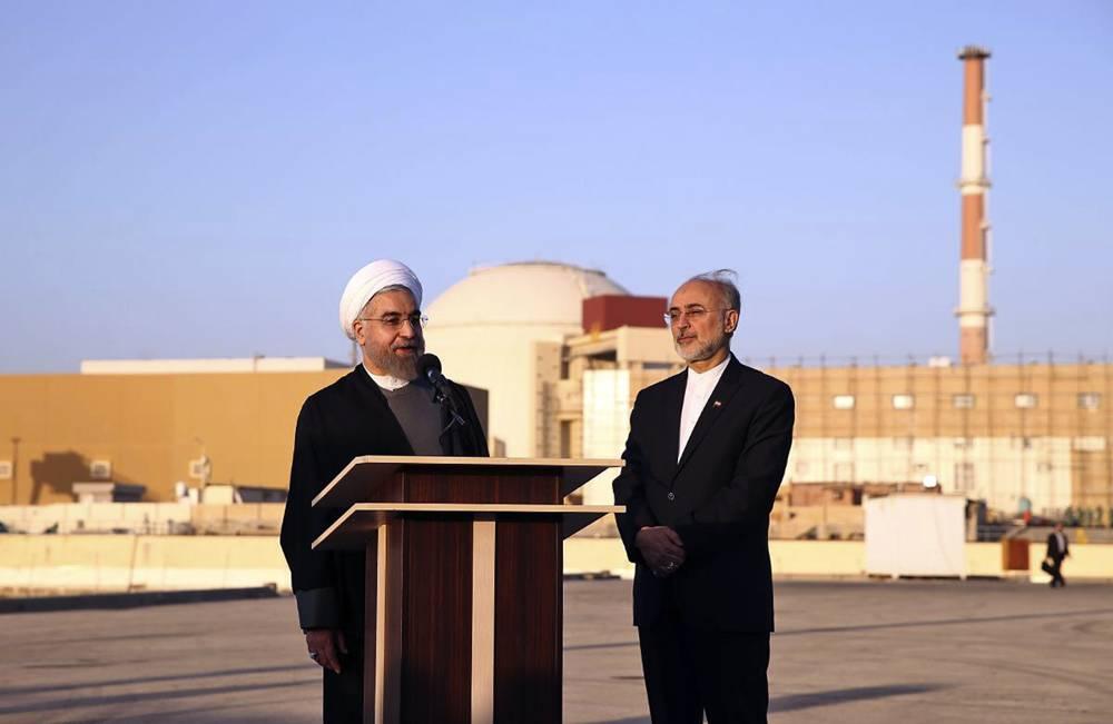 En esta foto publicada por la Presidencia iraní, el presidente Hassan Rouhani, a la izquierda, habla mientras lo acompaña el jefe de la Organización de Energía Atómica iraní, Ali Akbar Salehi, en una visita a la central nuclear de Bushehr, justo a las afueras de la ciudad portuaria de Bushehr, en el sur Irán, martes, 13 de enero de 2015. (AP Photo / Oficina de la Presidencia iraní, Mohammad Berno)