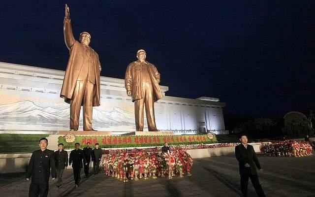 Los norcoreanos visitan la colina de Mansu para colocar cestas de flores en las estatuas de los últimos líderes Kim Il Sung y Kim Jong Il con motivo del aniversario número 106 de Kim Il Sung en Pyongyang, Corea del Norte, el sábado 14 de abril de 2018. ( Foto AP / Jon Chol Jin)
