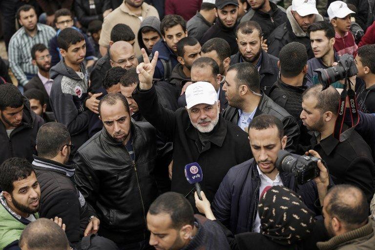 El líder de Hamas Ismail Haniyeh muestra el gesto de victoria durante una manifestación cerca de la frontera con Israel al este de la ciudad de Gaza para conmemorar el Día de la Tierra el 30 de marzo de 2018 (AFP PHOTO / MAHMUD HAMS)