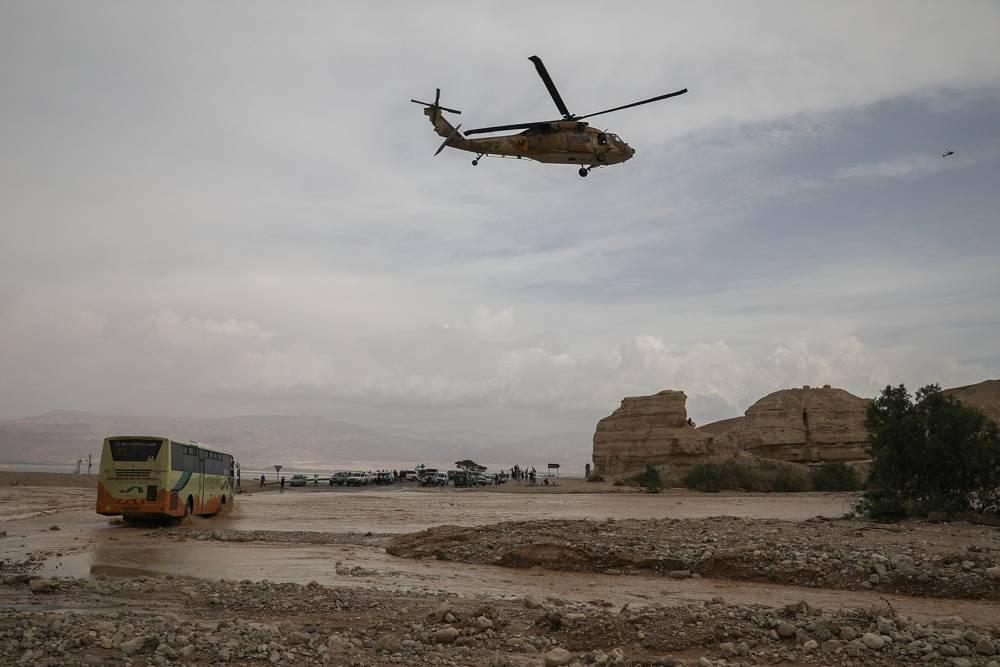 Un helicóptero militar busca a los estudiantes desaparecidos cerca del Mar Muerto, en el sur de Israel, el 26 de abril de 2018. (Hadas Parush / Flash 90)
