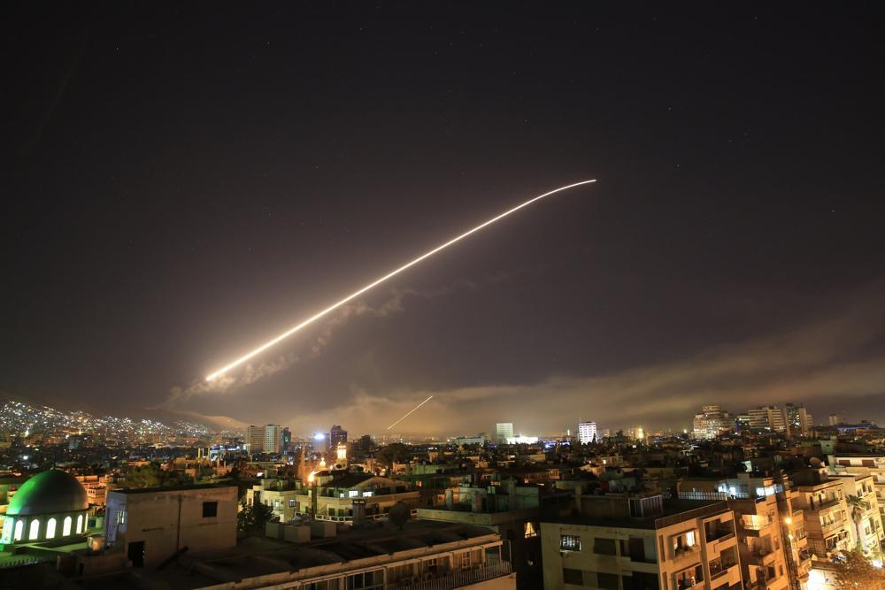 El cielo de Damasco se ilumina como el fuego de misiles cuando EE.UU lanza un ataque contra Siria que apunta a diferentes partes de la capital el sábado 14 de abril de 2018. (AP Photo / Hassan Ammar)