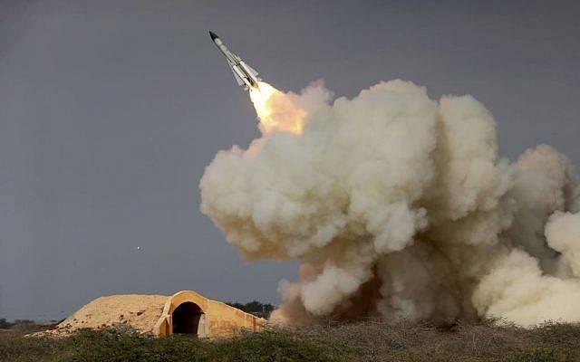En esta foto de archivo del 29 de diciembre de 2016, lanzada por la Agencia de noticias iraní (ISNA), se dispara un misil S-200 de largo alcance en un ejercicio militar en la ciudad portuaria de Bushehr, en la costa norte del Golfo Pérsico, Irán.(Amir Kholousi, ISNA vía AP, archivo)