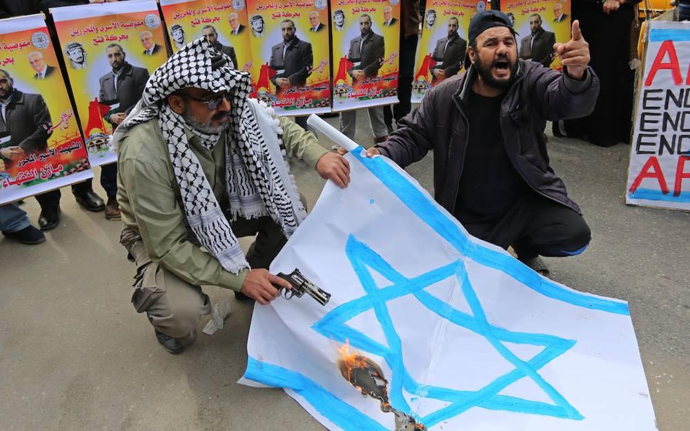 Palestinos queman una bandera israelí. (Foto: Ashraf Amra / APA Imágenes)