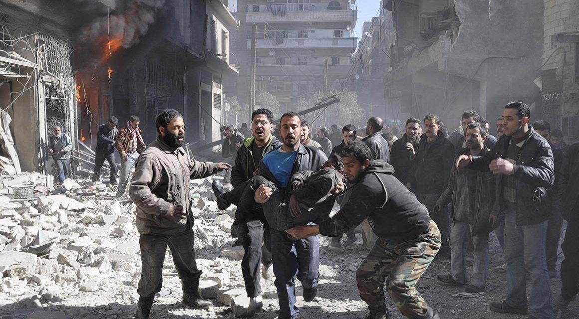 Rescate de víctimas en medio de zona residencial bombardeada por Turquía. Crédito: francheval.com