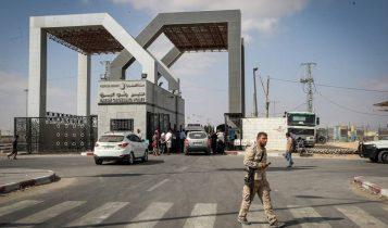 Los palestinos esperan para cruzar a Egipto a través del cruce fronterizo de Rafah en el sur de la Franja de Gaza, el 16 de agosto de 2017. (Abed Rahim Khatib / Flash 90)