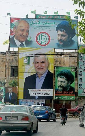Esta foto muestra carteles electorales del presidente del Parlamento libanés, Nabih Berri (arriba a la izquierda), el clérigo libanés Musa al-Sadr (arriba a la derecha) y el parlamentario de Hezbolá Mohammad Raad (abajo a la izquierda) en la ciudad libanesa del sur de Adaisseh, cerca de la frontera con Israel, el 5 de mayo de 2018. (AFP / Mahmoud ZAYYAT)
