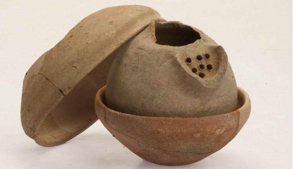 Vasos de arcilla que datan de hace unos 3.000 años, que contenían joyas, encontrados en Megiddo. Crédito: The Megiddo Expedition, por Pavel Shrago