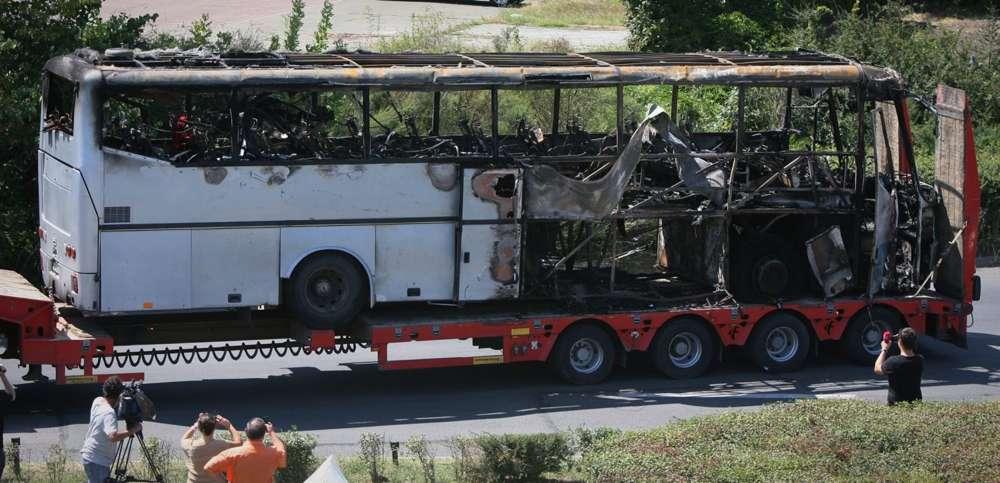 Un autobús detonado es transportado fuera del aeropuerto de Burgas, Bulgaria, el jueves 19 de julio de 2012, un día después de un ataque suicida mortal en un autobús lleno de turistas israelíes. (AP)