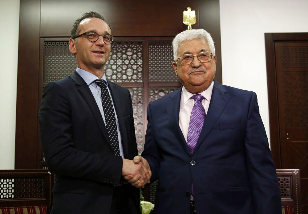 El presidente de la Autoridad Palestina, Mahmoud Abbas, derecha, le da la mano al ministro de Relaciones Exteriores de Alemania, Heiko Maas, durante su reunión, en la ciudad cisjordana de Ramallah, el 26 de marzo de 2018. (AP Photo / Majdi Mohammed)