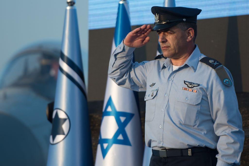 El mayor general de la Fuerza Aérea de Israel, general de división Amikam Norkin, saluda durante una ceremonia en la base aérea de Tel Nof el 14 de agosto de 2017. (Fuerzas de Defensa de Israel)
