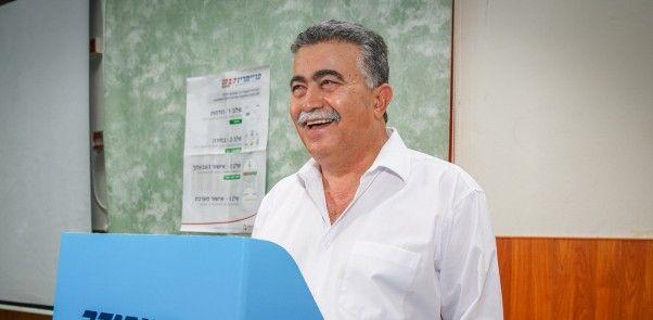 El ex líder del Partido Laborista Amir Peretz da su voto en un colegio electoral en Dimona el 4 de julio de 2017. (Flash 90)