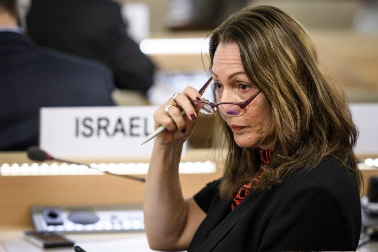 La embajadora de Israel, Aviva Raz Shechter, hace un gesto durante una sesión especial del Consejo de Derechos Humanos de las Naciones Unidas el 18 de mayo de 2018, que votó a favor de una investigación sobre la violencia en la frontera de Gaza (AFP PHOTO / Fabrice COFFRINI)